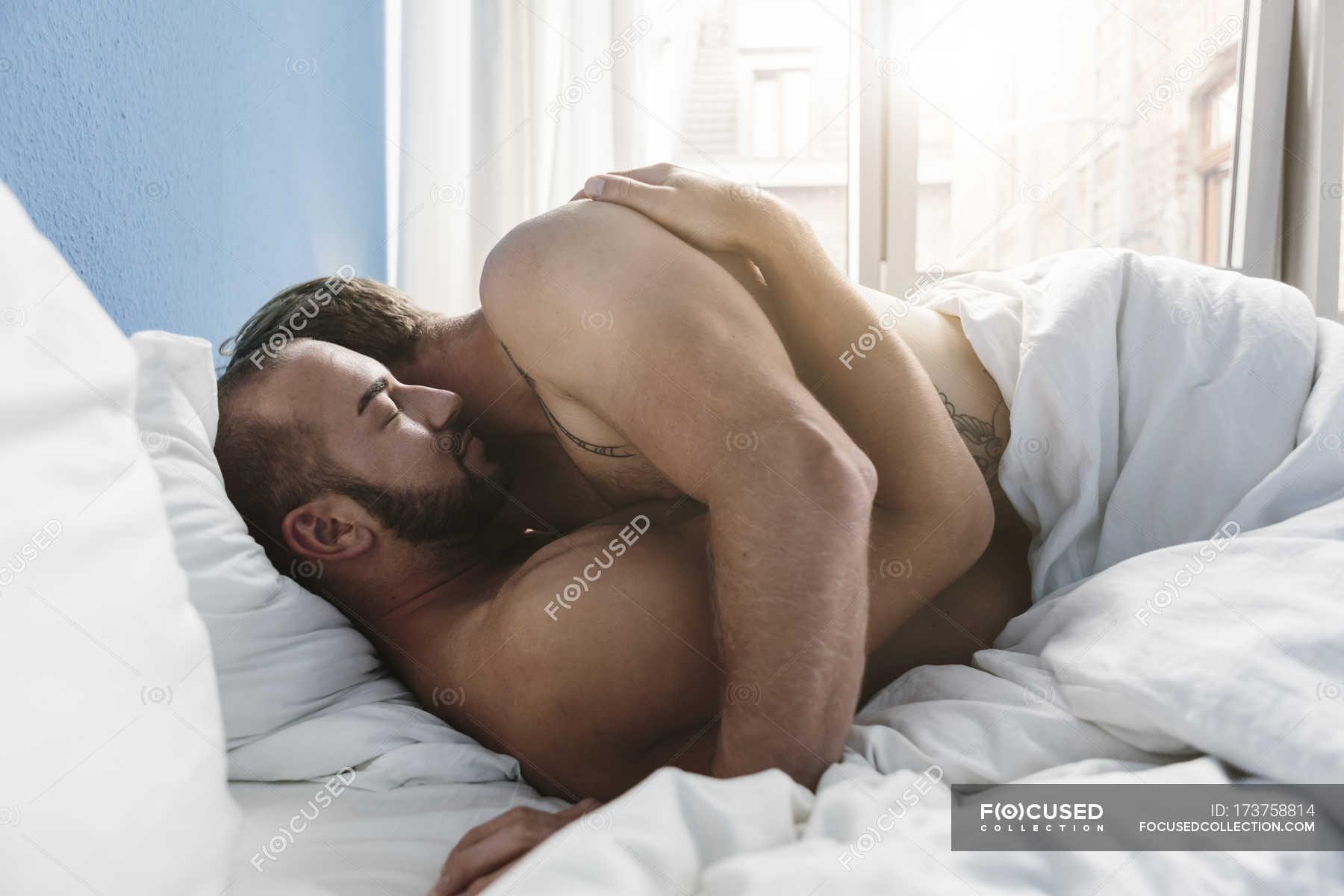 С кузиной в постели, Дядя с удовольствием трахнул кузину, пришедшую с пар 15 фотография