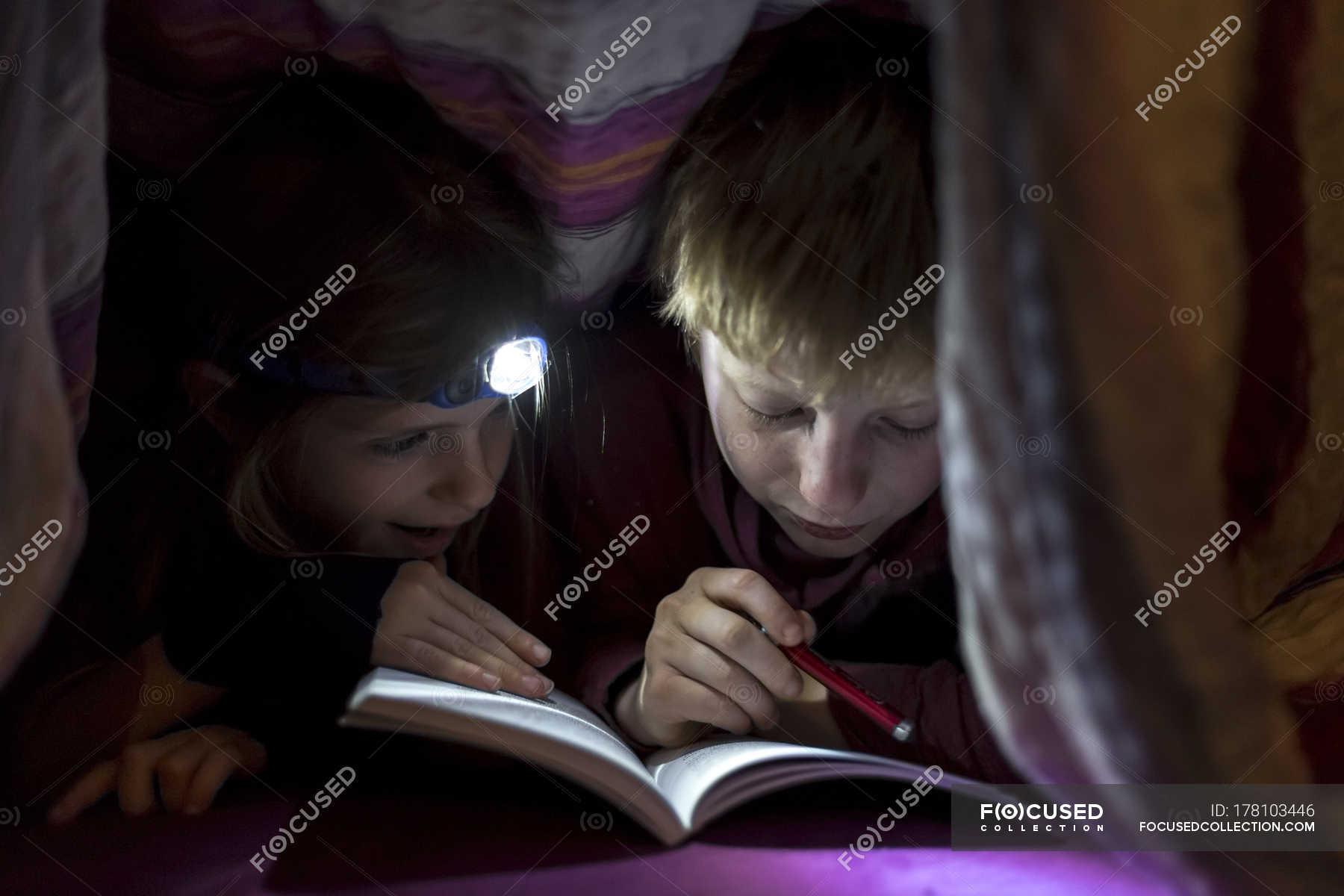 Сестра читала книгу а брат начал приставать, Сестра пристаёт к брату -видео. Смотреть Сестра 10 фотография