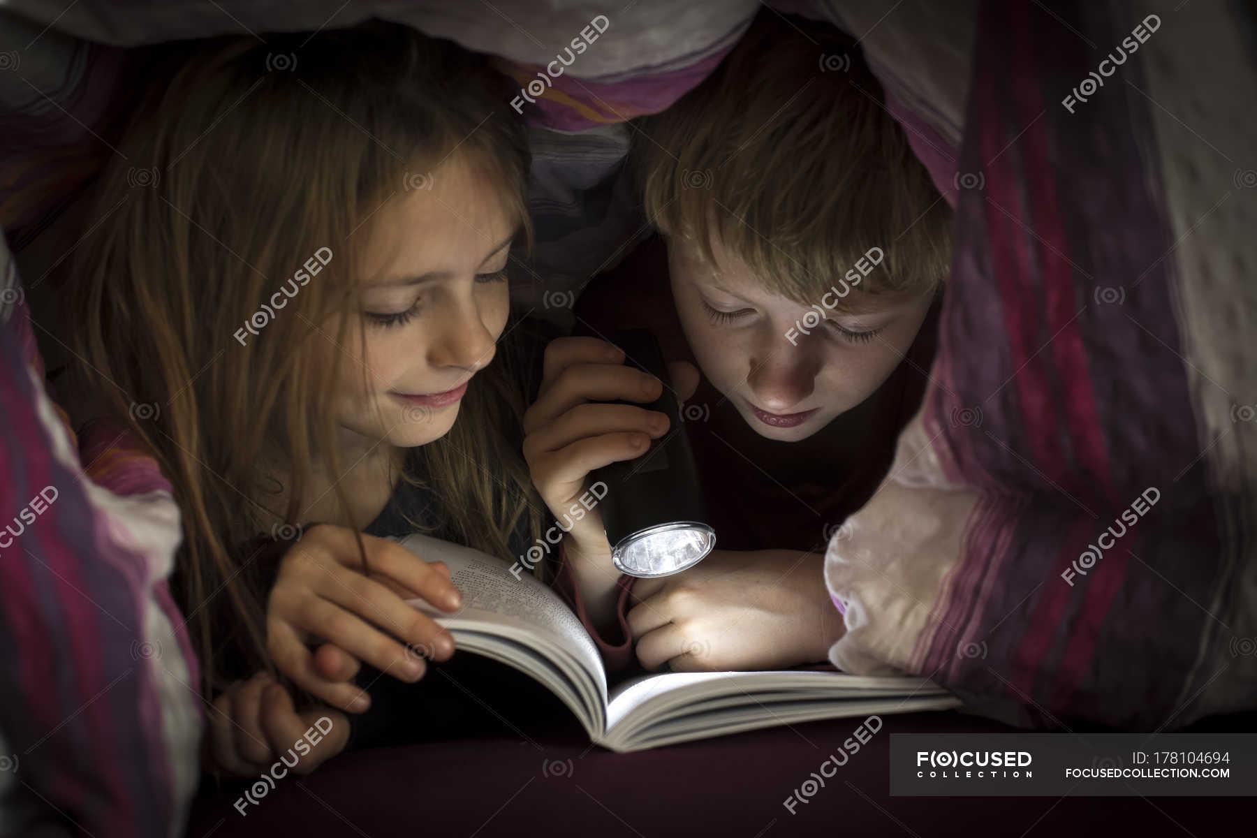 Сестра читала книгу а брат начал приставать, Сестра пристаёт к брату -видео. Смотреть Сестра 11 фотография