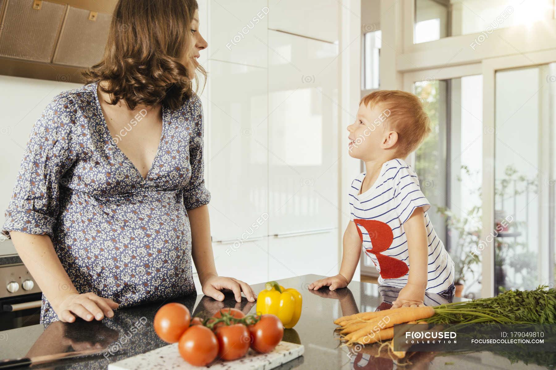 Сын трахнув маму в попу на кухни, Сын ебет маму в жопу на кухне - порно видео онлайн 11 фотография