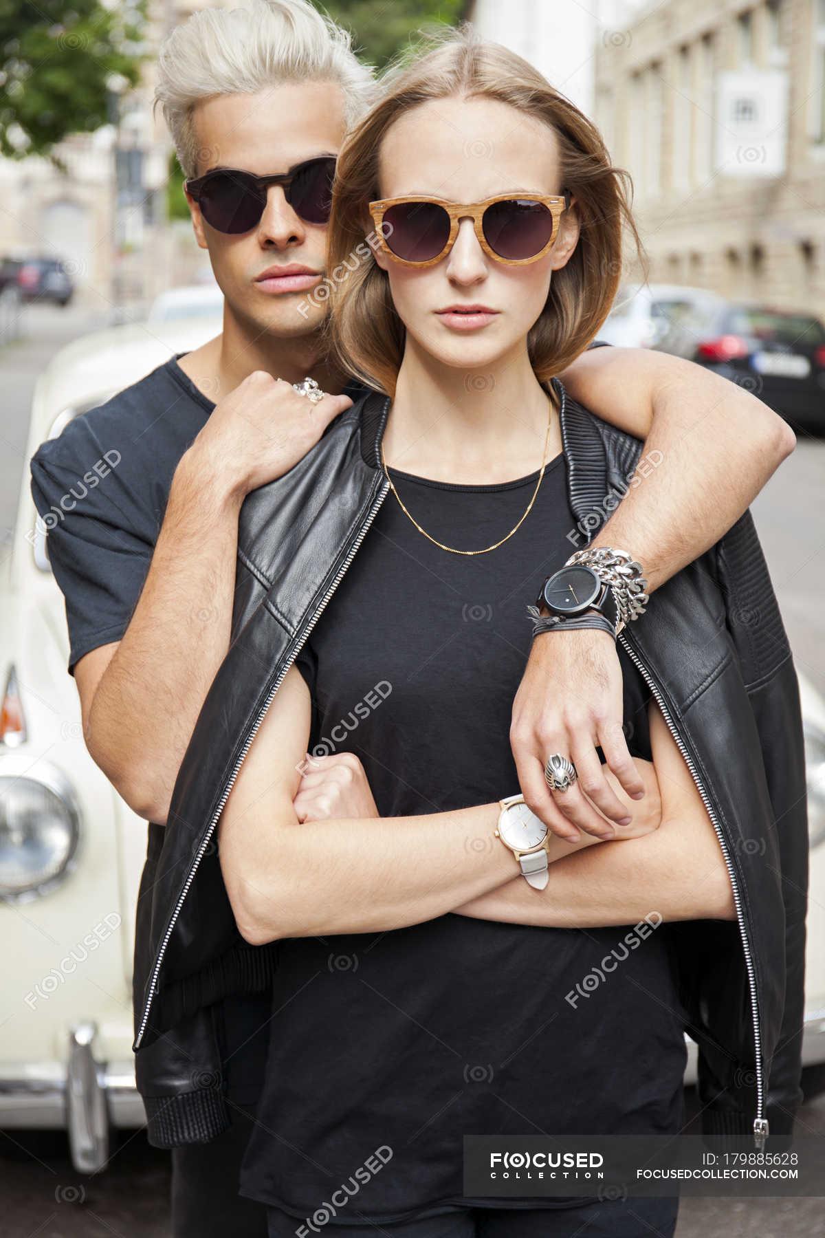 59fc93ea4a678d Portrait de couple jeune cool, lunettes de soleil — Journée, en plein air -  Stock Photo    179885628