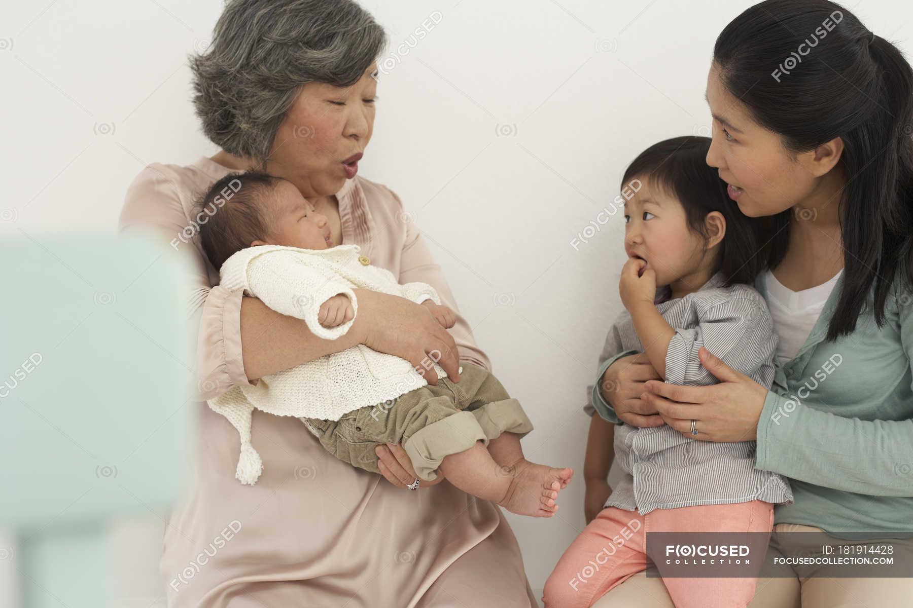 Японские шоу отец и дочь онлайн, Японское порно шоу отец должен отгадать дочь 8 фотография