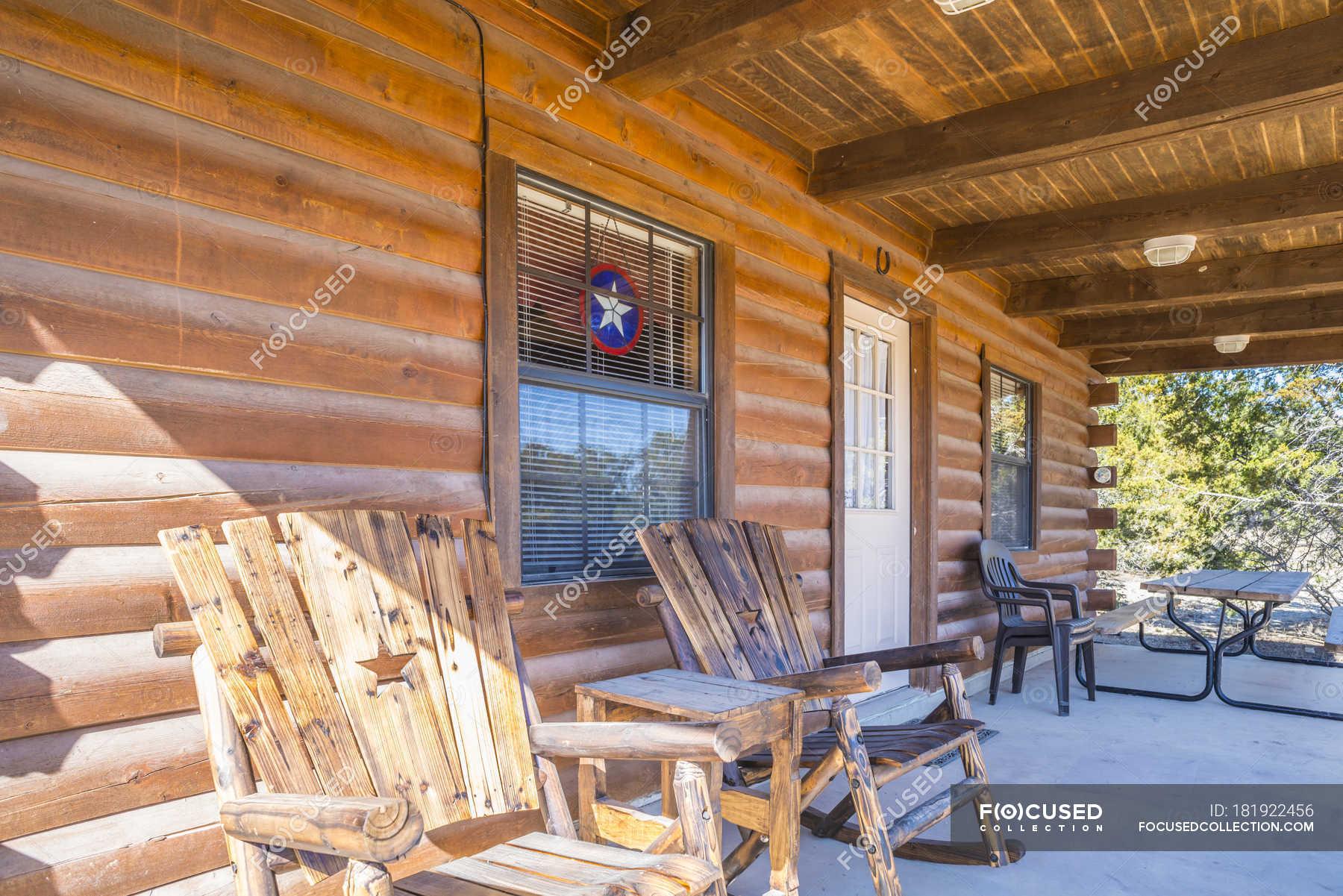 USA, Texas, Veranda ein Blockhaus mit Holzstühlen — im ...