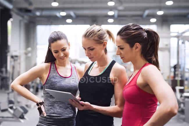 Donne che utilizzano tablet dopo l'esercizio — Foto stock