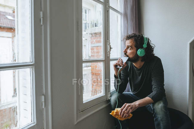 Man listening music with smartphone — Stock Photo