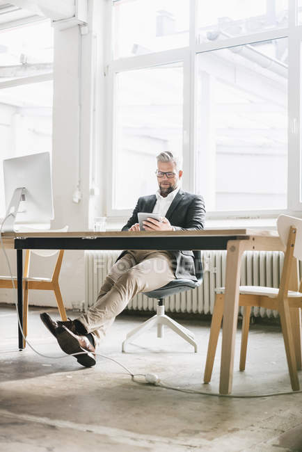 Geschäftsmann sitzt in modernem Büro — Stockfoto