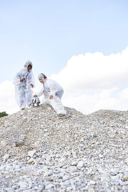 Dos chicos con robot en la colina - foto de stock