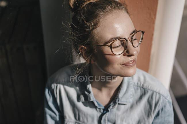 Femme assise sur le rebord de la fenêtre — Photo de stock
