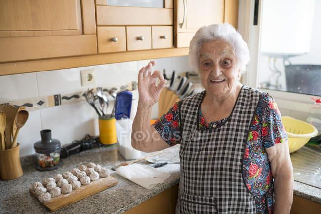 Пожилая женщина показывает себя хорошо — стоковое фото