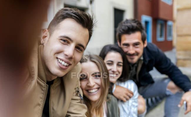 Усміхаючись друзів, прийняття selfie — стокове фото