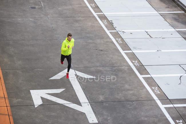 Человек работает на уровне парковки — стоковое фото
