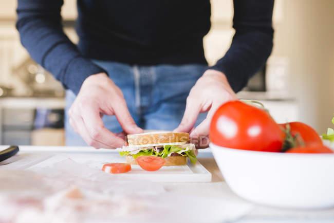 Uomo preparare sandwich — Foto stock