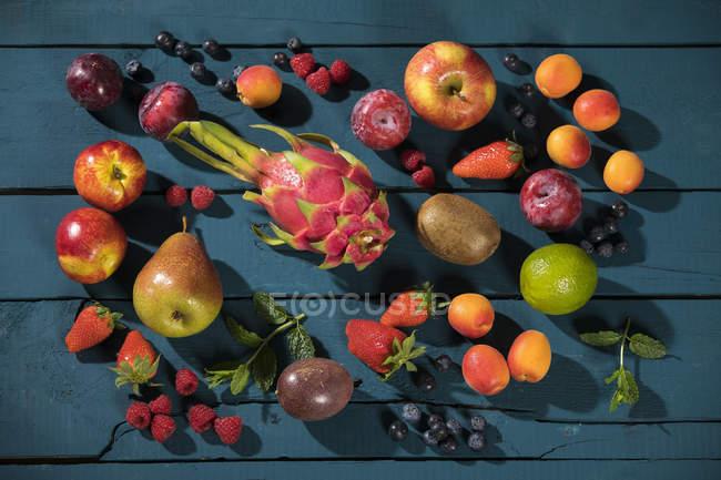 Різних фруктів і ягід з темного дерева — стокове фото