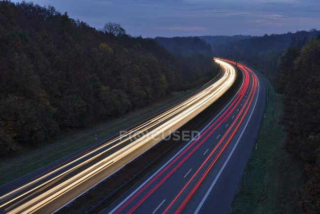 Sentiers de feu de circulation sur autoroute — Photo de stock