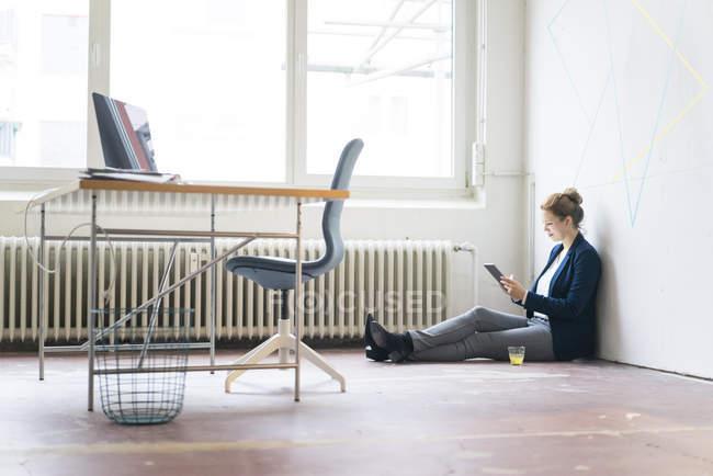 Безробітна жінка користується цифровим планшетом. — стокове фото