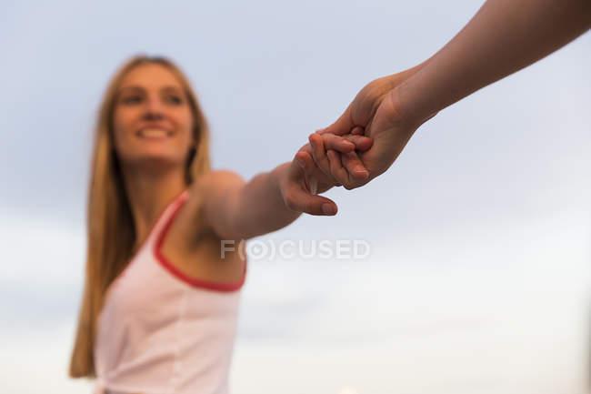 Жінка, тримаючись за руки — стокове фото
