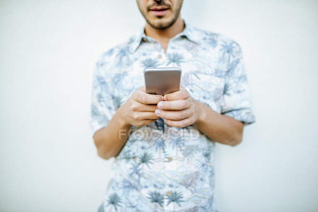Людина користується мобільним телефоном. — стокове фото