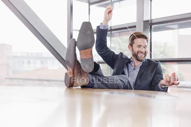 Homme d'affaires jouant avec yoyo — Photo de stock