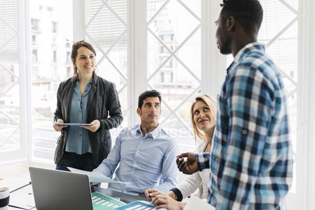 Team che ha una riunione in ufficio — Foto stock