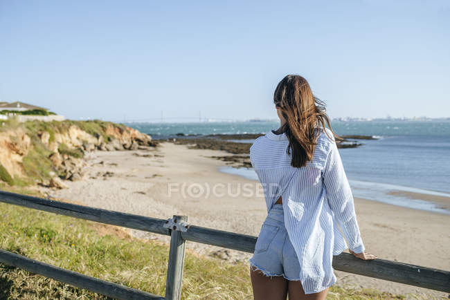 Frau suchen auf See — Stockfoto