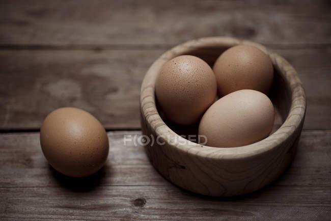 Органические яйца коричневые — стоковое фото