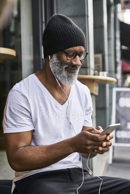 Человек с помощью смартфона — стоковое фото