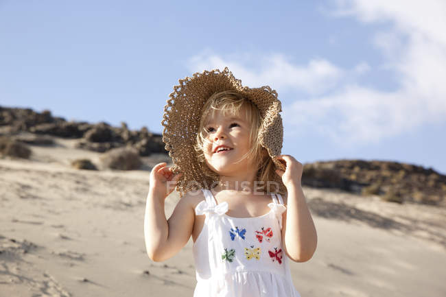Girl in hat on the beach — Stock Photo