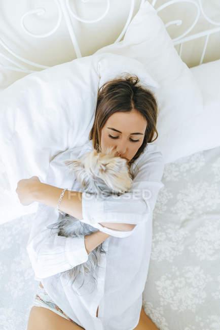 Donna abbracciare e baciare Yorkshire Terrier — Foto stock