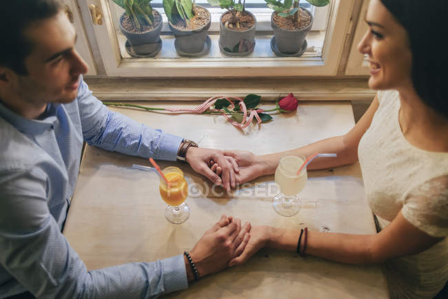 Paar hält Händchen in Restaurant — Stockfoto