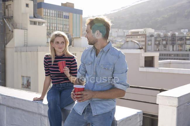 Amigos, tomar uma bebida no telhado — Fotografia de Stock