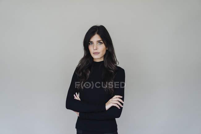 Femme debout avec les bras croisés — Photo de stock