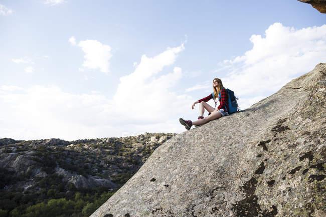 Mujer descansando sobre roca - foto de stock