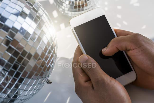 Mãos masculinas digitando no smartphone — Fotografia de Stock
