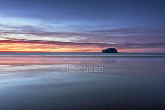 Великобританія, Шотландії, Східний Лотіан, бас рок на заході від Seacliff пляжу — стокове фото