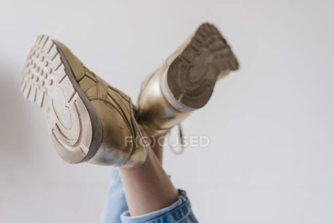 Piedi femminili che indossano scarpe d'oro — Foto stock