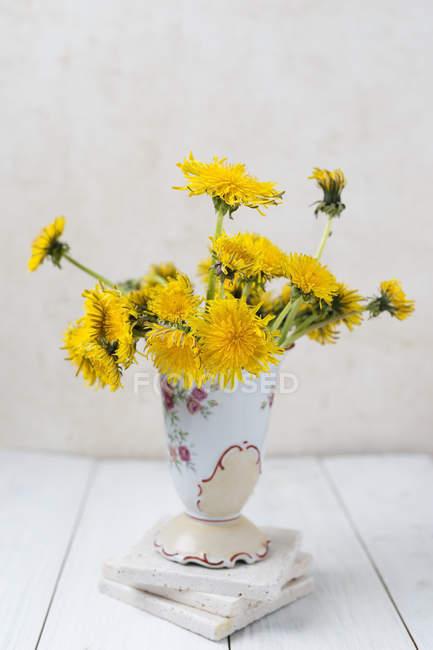 Jarrón de flores de diente de León - foto de stock
