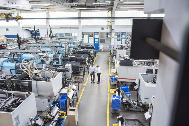 Männer mit Tablet stehen in Fabrik — Stockfoto