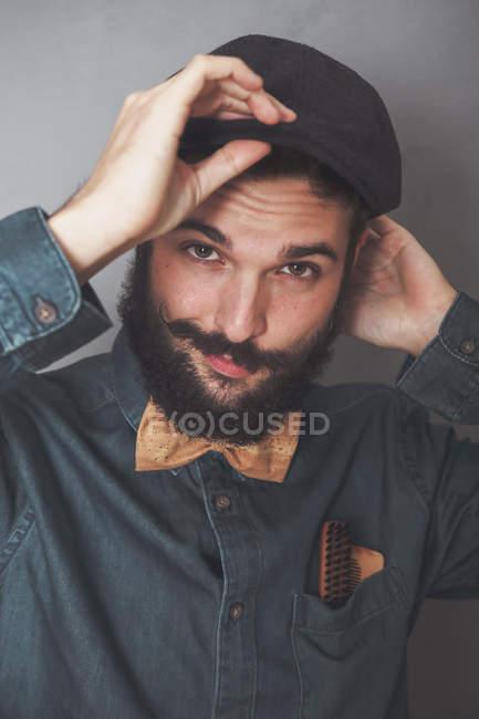Homme barbu portant casquette — Photo de stock