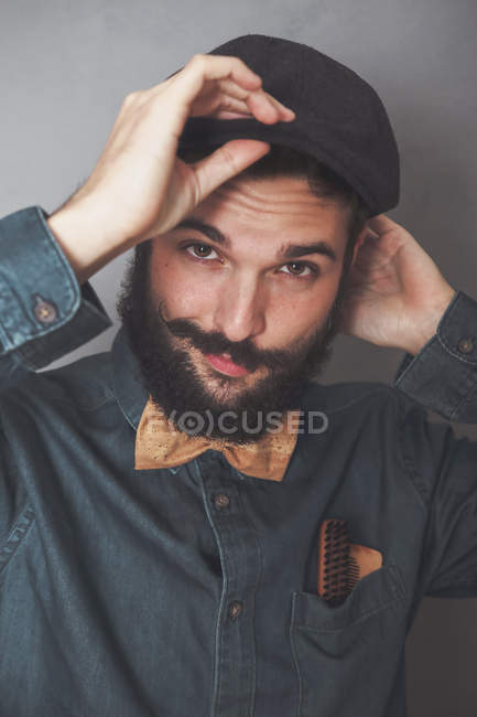 Homme barbu portant casquette, — Photo de stock
