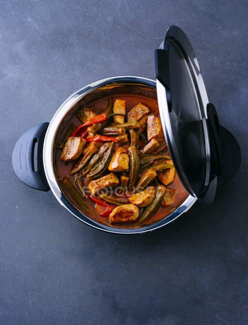 Pot de blanquette de veau avec des Gombos — Photo de stock