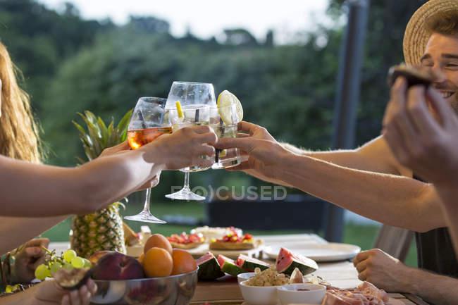 Amigos, tilintar de copos — Fotografia de Stock