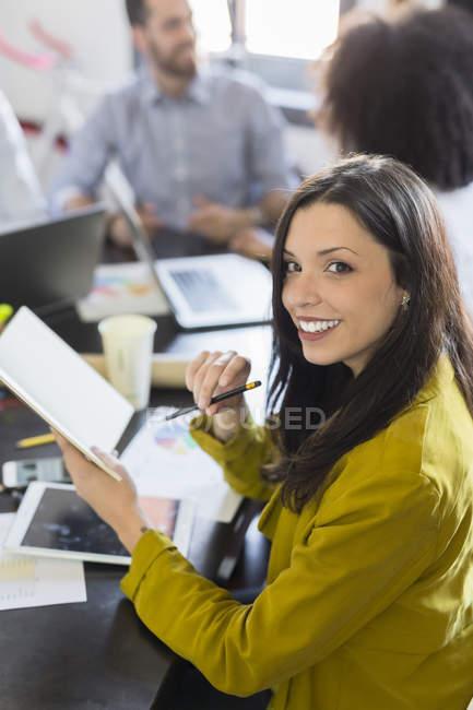 Бизнесмен во время встречи — стоковое фото
