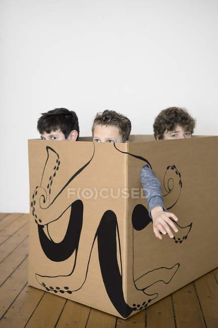 Drei Jungen im Karton — Stockfoto