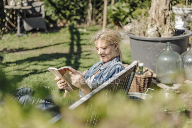 Woman reading book — Stock Photo