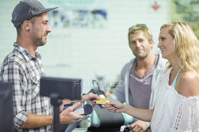 Woma paying with credit card — Stock Photo