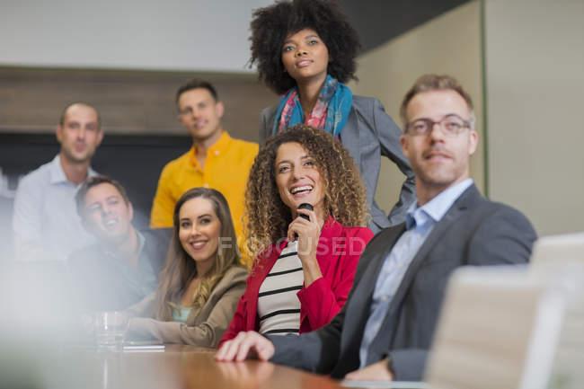 Réunion d'affaires avec les employés — Photo de stock