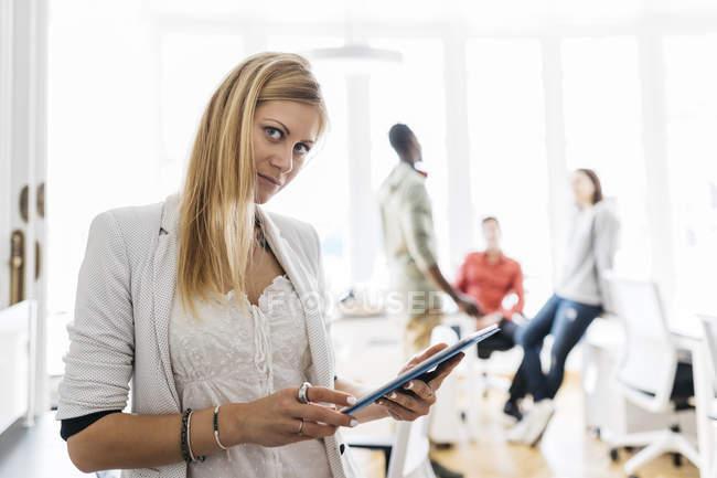 Молодая женщина с помощью цифрового планшета — стоковое фото