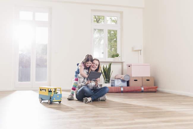 Irl et mère utilisant le comprimé — Photo de stock