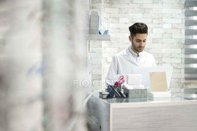 Optician working in shop — Stock Photo