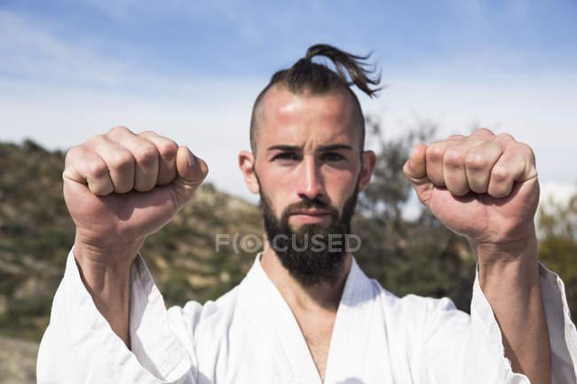 Людина робить позі бойових мистецтв — стокове фото
